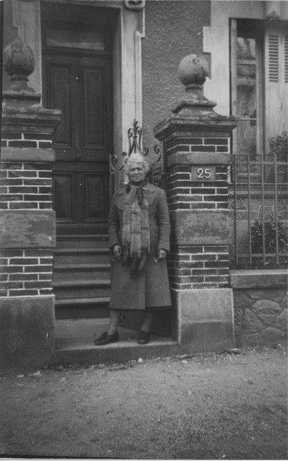 Marthe BREGER épouse RISS, mère d'Yvonne RIOT devant la maison du 25, rue Villebois-Mareuil septembre 1939 ©collection particulière