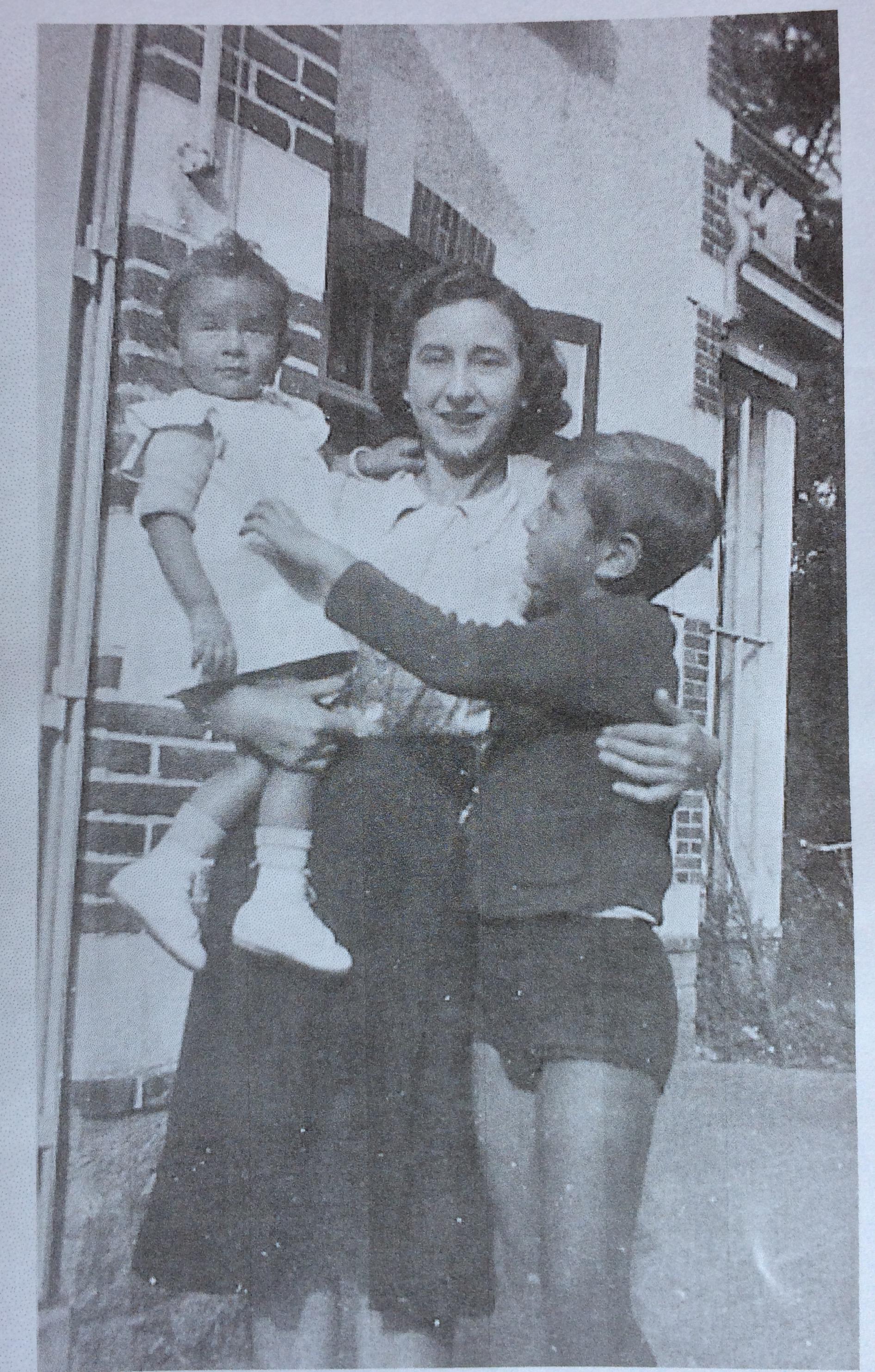 Monique MENDELOVICI dans les bras de sa mère Adèle et Jacques à droite © collection particulière