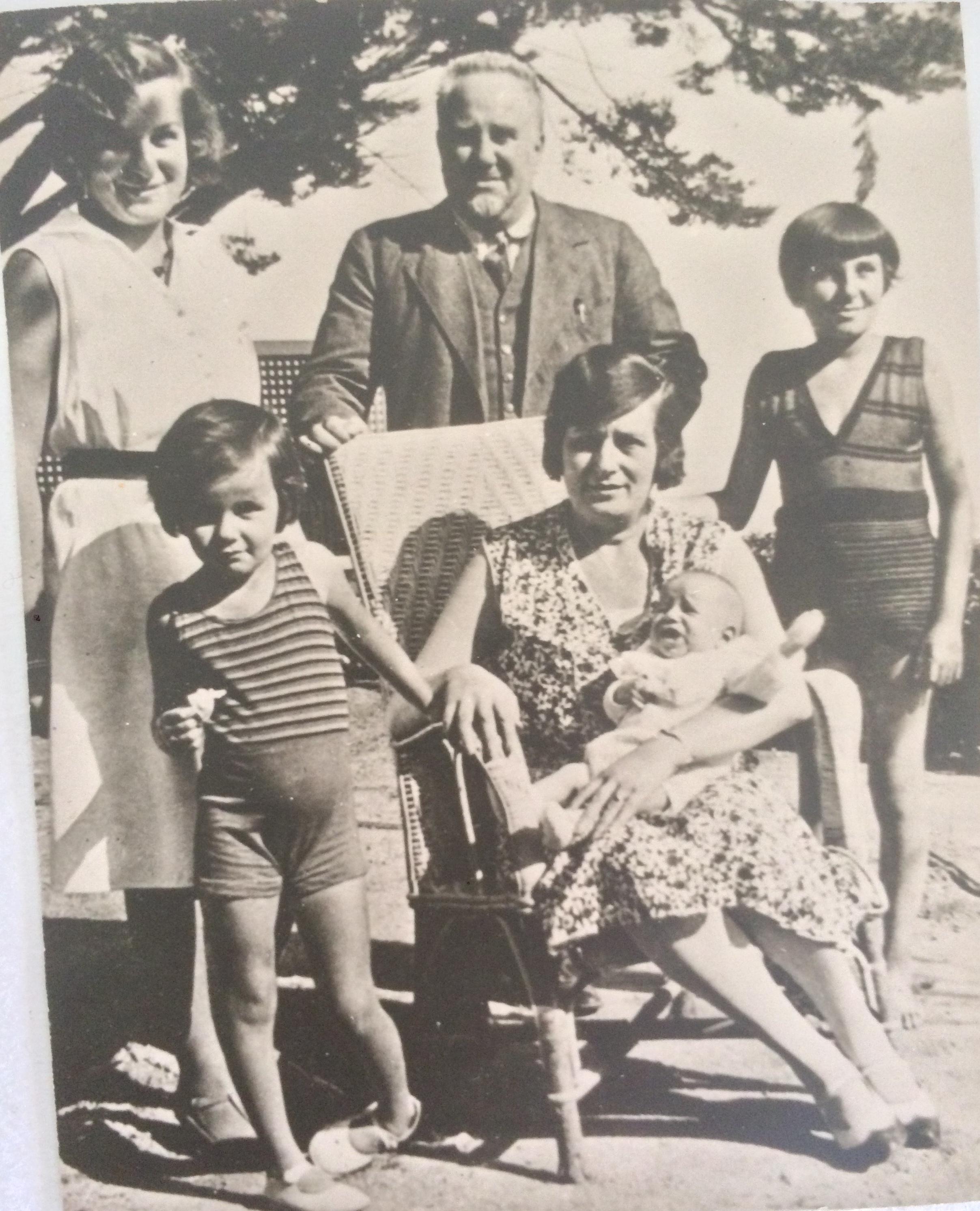 Famille BERHEIM devant l'Hôtel de la Plage et du Golf 1930  © collection particulière En haut de gauche à droite : Jacqueline, Roger, Huguette En bas de gauche à droite : Nicole, Germaine et dans les bras de Germaine, Claude