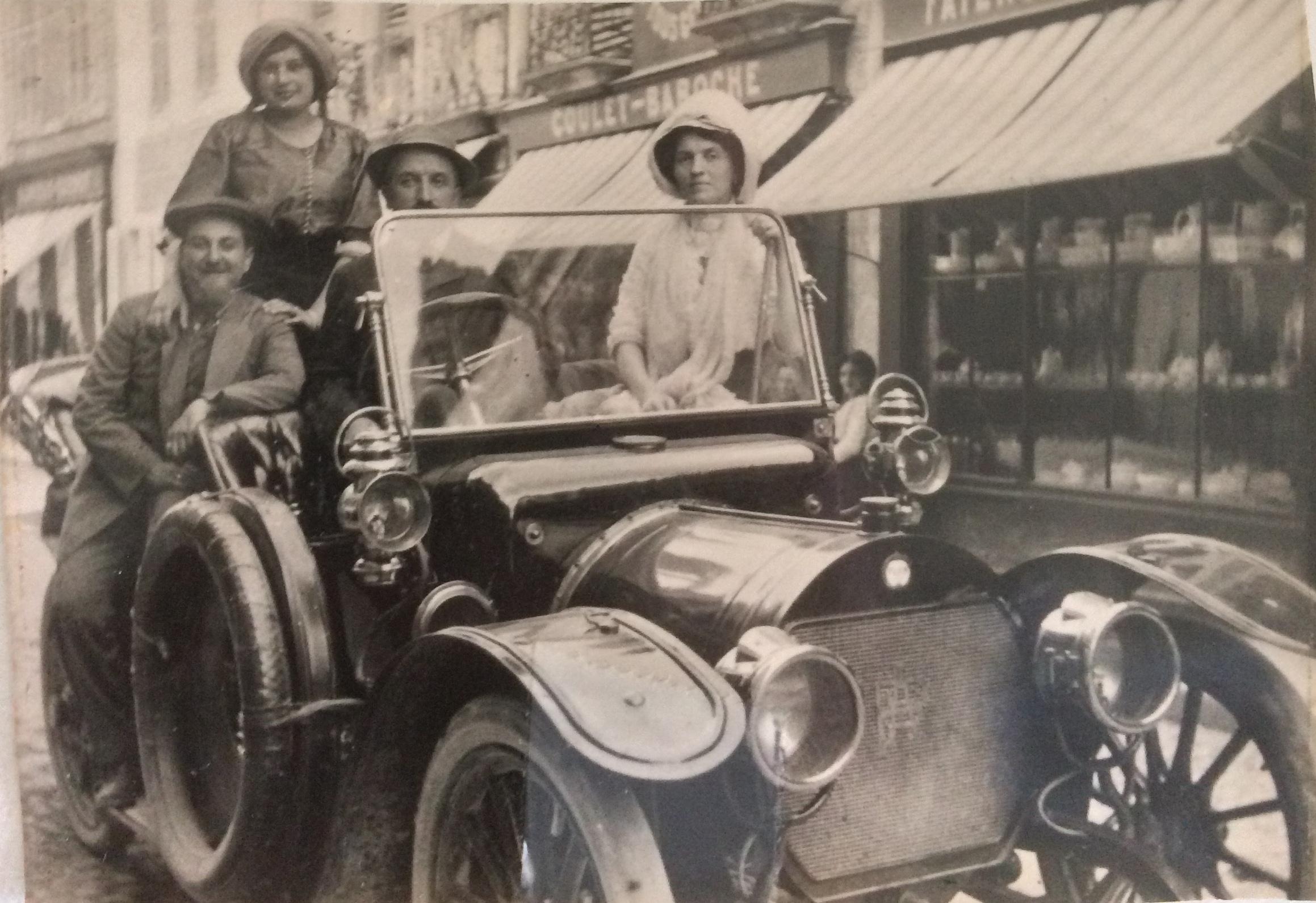 de gauche à droite : Roger, Germaine puis M et Mme Jules NEYRAT Chalon-sur-Saône  © collection particulière  La photo date de 1912 juste après le mariage de Roger et Germaine