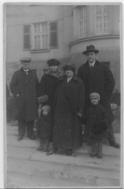 Karel et Franzi avec leurs filles chez eux à Decin. Karel est à l'extrême droite et Franzi au dernier rang. Les deux autres adultes sont ses parents   © collection particulière