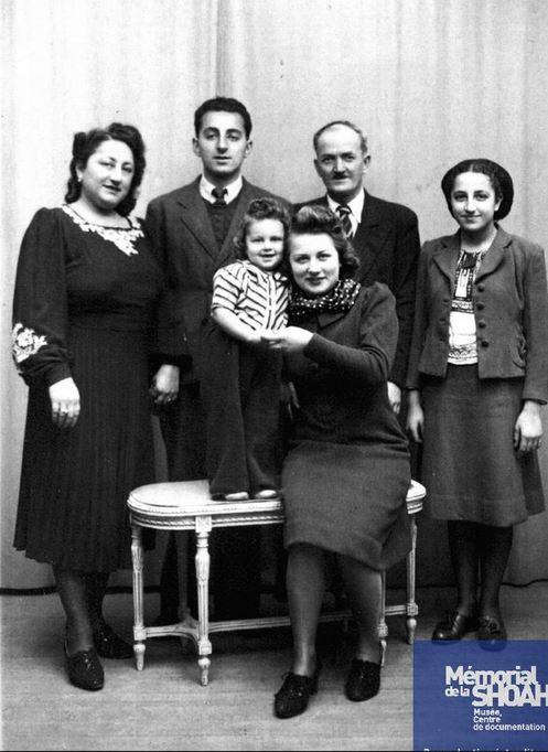 A gauche Victoria BEHAR, 3ème et 4ème à droite : Mardoché et Léa BEHAR [CDJC, Mémorial de la Shoah, en ligne]