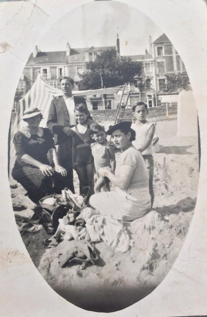 Au premier plan, en robe blanche Djoya FLORIS. Derrière DJOYA, les deux enfants Robert et David, Jacqueline n'est pas encore née. Le couple de gauche et l'enfant à gauche ne sont pas identifiés. Plage de Saint-Nazaire 1934 à 1936 © collection particulière