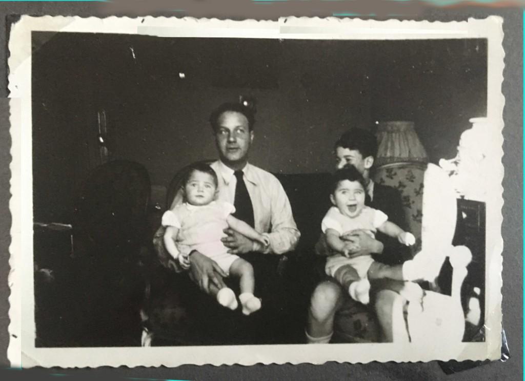 A gauche : Gilbert SOUWEINE portant sur ses genoux Michel A droite : Jean-Claude portant sur ses genoux Maryse  circa 1940, Saint-Etienne © collection particulière