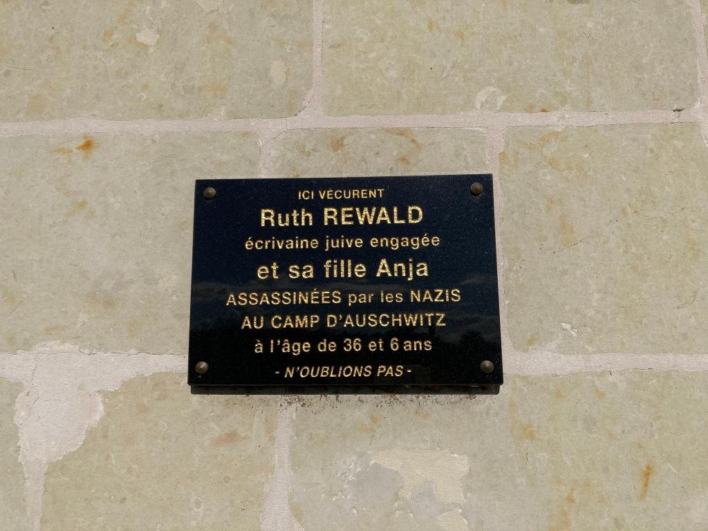 Plaque commémorative sur le domicile de Ruth et Anja SCHAUL 8, route d'Angers Les Rosiers-sur-Loire