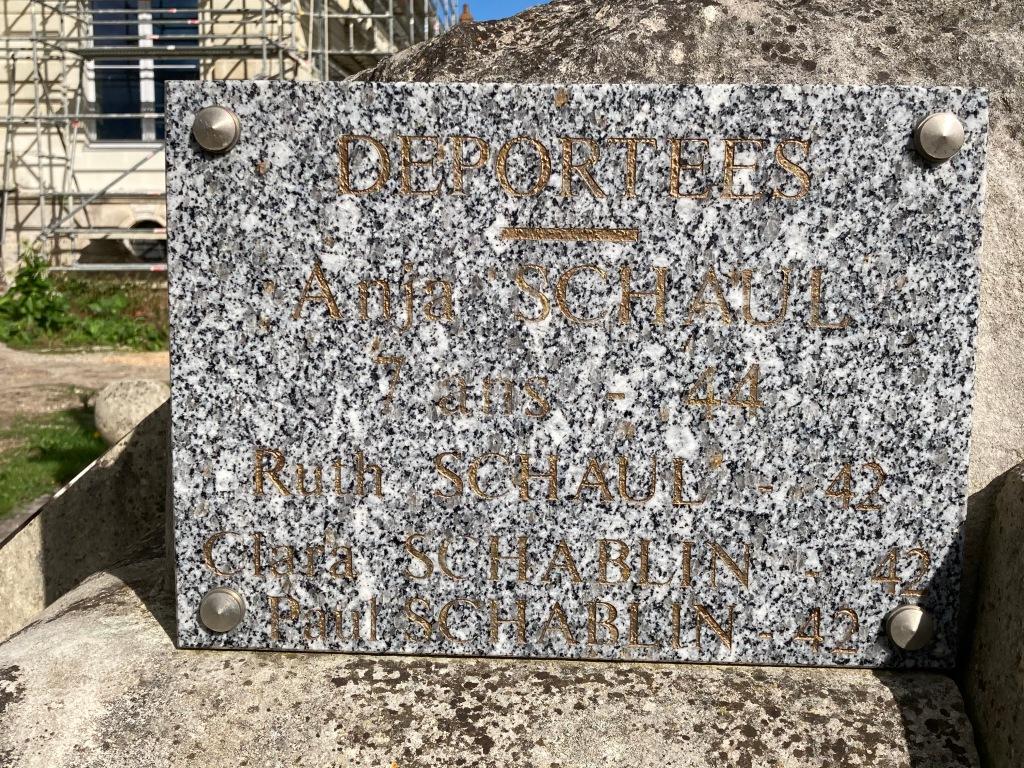 Plaque commémorative sur le monument aux morts dans le jardin de la mairie des Rosiers-sur-Loire