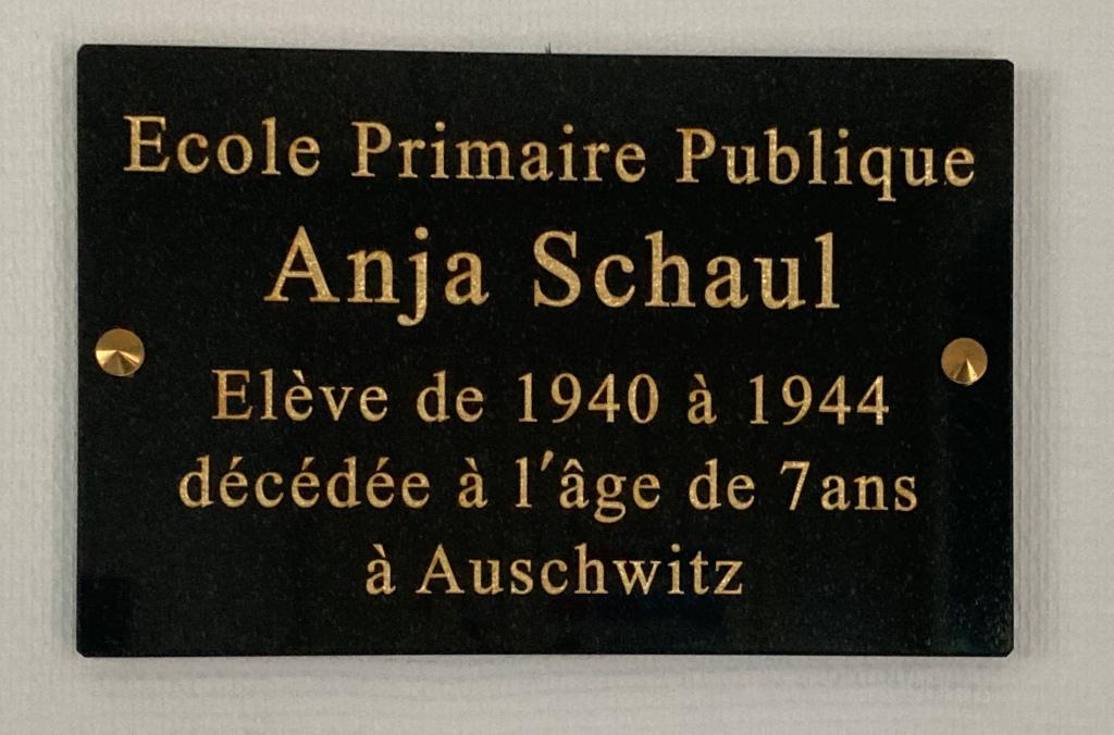 Plaque à l'intérieur de l'école publique des Rosiers-sur-Loire