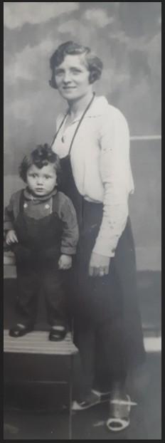 Alexandrine CARROBE (sans date ni lieu), l'enfant sur la chaise n'est pas identifié source : https://www.geneanet.org/media/public/madeleine-et-22351763