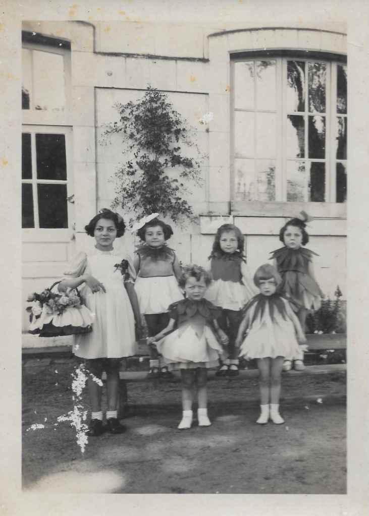 Anja SCHAUL déguisée en tulipe lors de la fête de l'école du dimanche 31 mai 1942 (2ème rang à droite) © collection particulière famille RENAUD