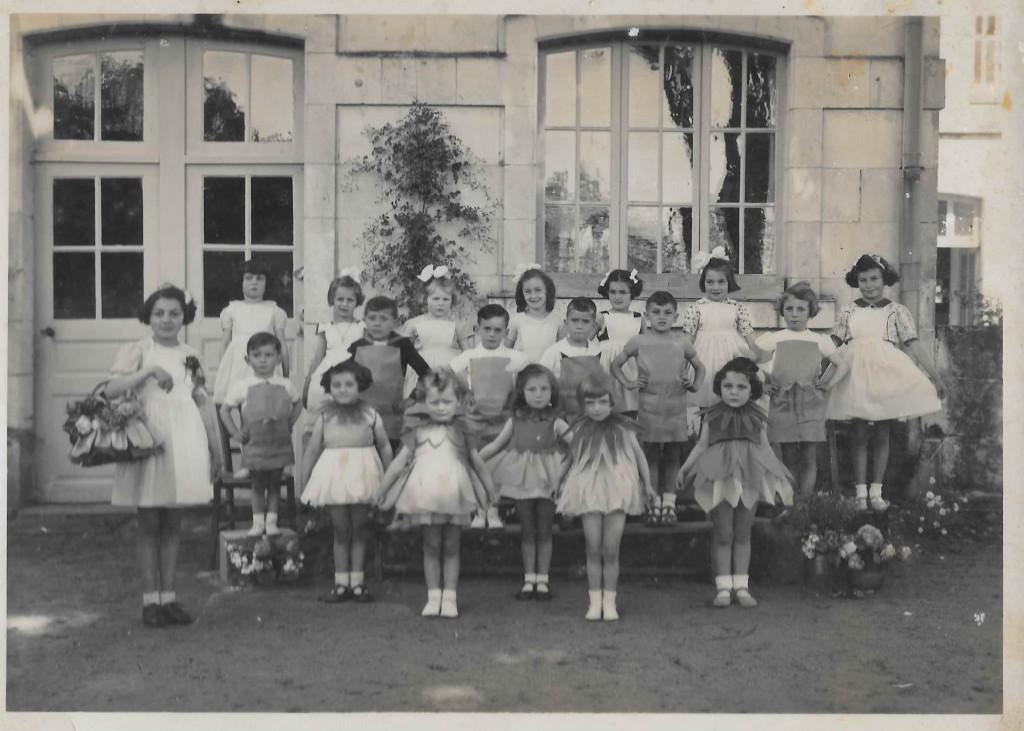 Anja SCHAUL déguisée en tulipe lors de la fête de l'école du dimanche 31 mai 1942 (1er rang à droite) © collection particulière famille RENAUD